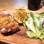 加古川ワインバル - チキンの香草焼き、野菜サラダ添え