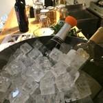 加古川ワインバル - カウンターコーナーに、本日のグラスワインがクーリングされています