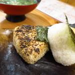 魚男 - (左)しらすの焼きおにぎり(右)オニギリ(まぐろ)