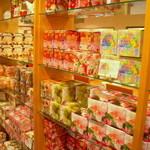 ムレスナ ティーハウス - 店内にはお土産にムレスナティーがずらりと並んでいます♪