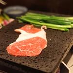 和食 イワカムツカリ - 無薬飼育和牛「尾崎牛」そともも肉(そとひら)を焼いてます (2015/05)