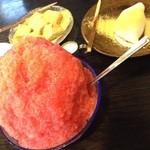 中村軒 - いちご氷など(照明の影響か、実物より黄色が強いです)