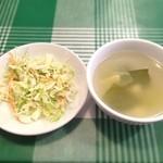 グリーンパッタイ  - セットのスープとサラダ