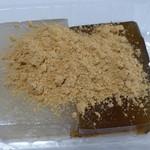播田屋本店 - わらび餅、きな粉をかけて