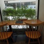パンケーキ・リストランテ - 窓際の席は緑に癒されます