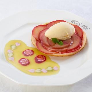 サロン・ド・テ ロザージュ - 料理写真:ロザージュ伝統のあつあつりんごパイ〜バニラアイス添え〜