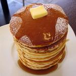 38614133 - メープルタワーパンケーキ(別添えのバターをのせシロップをかけたところ、2015年3月)