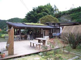屋根に花壇のあるお店