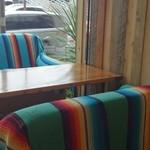 Gill Man - 外との境界がないソファー席!解放感があります。