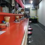 来々軒 - 「来々軒紺屋町店」カウンター席と奥に見えるテーブル席