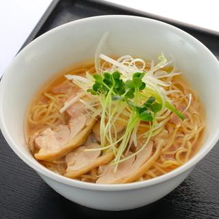 談合坂サービスエリア(上り線) フードコート - 料理写真:信玄どりチャーシュー 鶏塩ラーメン                     鶏のダシ感を前面に出した、鶏油(チーユ)を効かせた鶏塩スープのラーメン。