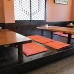 日栄 - 店内の様子 小上がり   テーブル席も有り↓