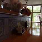 ごちそうさん食堂 - 大きな窓からの木漏れ日
