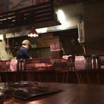 深夜カリー Gorgo - 店内。カウンター5席くらいにテーブル席4人がけが2卓。若い店主がお一人で切り盛りされています。