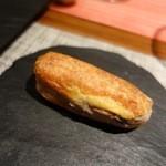 38914031 - シュー生地にリエットを挟んだ最初のひと口と各テーブルに飾られた丸い石