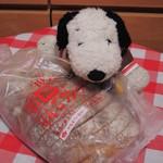 タカキベーカリーファクトリーショップ - ちびつぬ「つぬっこちゃん、パン買ってきたわよ~♪」 ありがとう~! ちびつぬに買ってきてもらったのは、 今日のお料理に合いそうな、 タカキベーカリーの『石窯りんごブレッド』だよ。