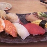 もりもり寿し - 寿司の盛り合わせ。どれも新鮮で美味しかった。1巻、先に食べた後の写真です(・_・;)