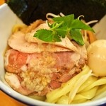 ムタヒロ - ②アハハ煮干特製つけそば(特製の具は麺の上に盛られています)
