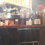 永斗麺 - 内観。BARのように高いカウンターがラーメン店らしくなくお洒落です