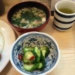 とんき - 味噌汁、香の物、緑茶