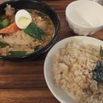 心 - 納豆とオクラのスープカレーに骨付きチキンをトッピング(2015年6月)