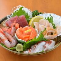 新鮮な地元の魚介類をぜひ味わってください
