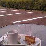節知 - H26/9駐車場のテーブルでケーキセット、変?