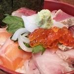 博多炉端 魚男 - 魚男丼☆ ごはんは、十穀米