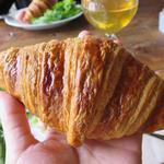 コマザワ パーク カフェ - クロワッサンは手のひらサイズ。トーストしてくれるので食感がサクサクでした。