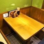 多津屋 - テーブルはかなり使い込まれた感じ