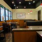 かにチャーハンの店 - オープンキッチンで広めの空間