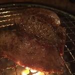 焼肉 牛の華 - 表面じっくり焼きの中は肉汁で溢れてる‼︎