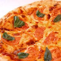 ピザは外はこんがり香ばしく、中はしっとりモチモチ!