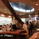 山本屋本店 - 照明はかなり暗め。一人客もかなり意識している座席配置になっています。