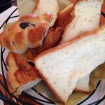 39325206 - ランチについてくるパンの面々。最初はこんな盛り合せでした。