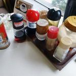 リバー - 「リバー」卓上の砂糖・コショウ・一味・塩・醤油・ソースと注文後に出された拉麺胡椒と中華そばのタレ