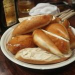 上海小吃 - はまぐりの甘辛炒めについてくる揚げパン