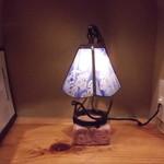 たこ焼き のまど - カウンター席のランプ