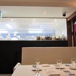 リュド コマンセ ナチュール - 座席とキッチン