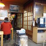 安田屋 - 食堂風の店内