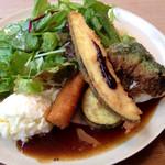 39406949 - 野菜ランチのフライとサラダ。プラス、ポテトサラダにはフランスパンのラスクが刺さってました。