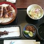 うなぎの尾方 - 鰻丼の桜とキモ串。鰻丼はご飯大盛り。
