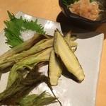 串処  鳥人 - ヤングコーンの丸焼き(季節メニュー) と梅水晶