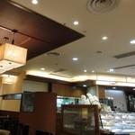 イルローザ - 店内(カフェスペースと販売スペース)