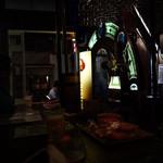 博物館 カフェ アンド バー うっふ  - 壁一面のステンドグラスはアメリカ製骨董