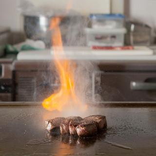 女性やお子様にも大人気。店長自慢の鉄板料理がイチオシです。