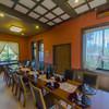 桜亭台町茶寮 - 内観写真:ベンガラ色の壁がレトロなサブルーム