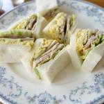 チャウ - ローストチキンと卵のサンドイッチ