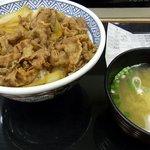 吉野家 宇都宮パセオ店 - 牛丼並と味噌汁です。