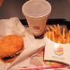 バーガーキング - 料理写真:美味しそうなハンバーガーがいろいろあって迷ったけど、 初めてなので、バーガーキングの看板メニューの ワッパーにして、コーラとフレンチフライのセットにしました。